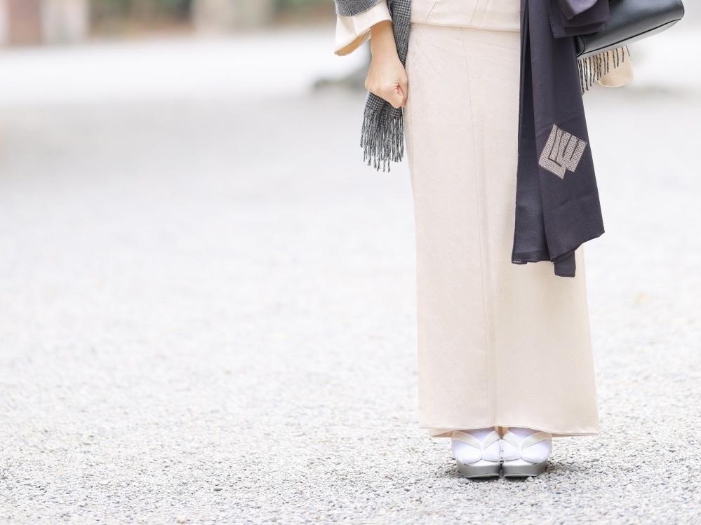 裾が広がる着物の写真